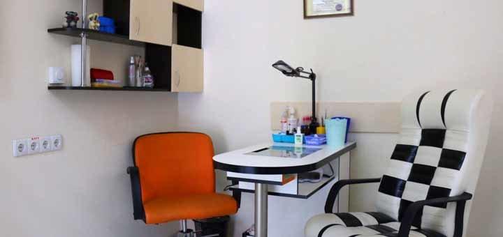 Обрезной классический маникюр и педикюр с покрытием гель-лаком в салоне красоты «Allure»