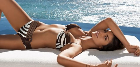 Juliana-martins-in-a-sexy-swimsuit-at-the-sea_1366x768