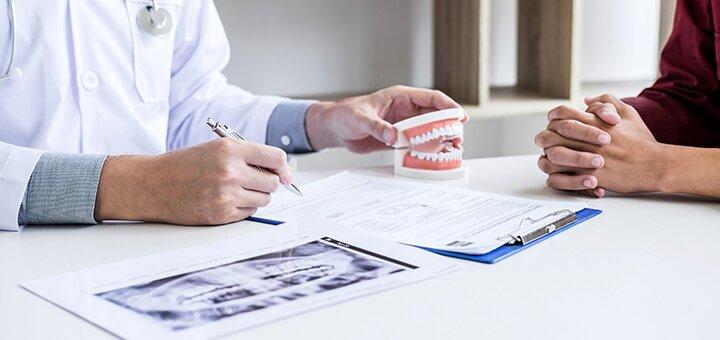 Скидка до 46% на установку зубных имплантов в стоматологическом центре «Dentopolis C»