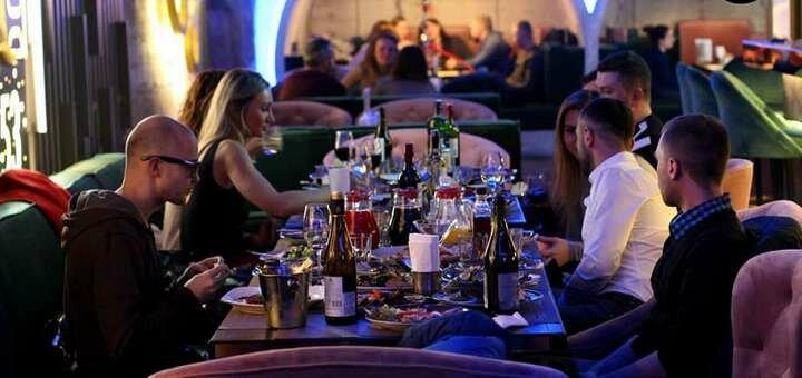 Скидка 35% на винную карту и сырную нарезку в баре-ресторане «DOT53»