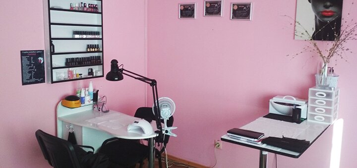 Классический маникюр с покрытием гель-лаком в студии ногтевого сервиса «FANTASY»