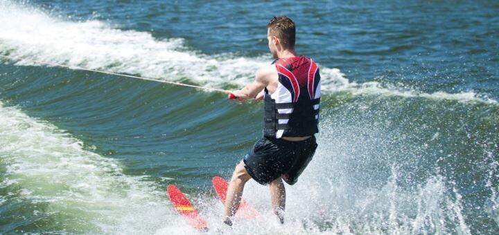 Скидка 32% на катание на водных лыжах или таблетке на базе отдыха «Изумрудная» на Днепре