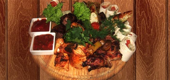 Скидка на все меню кухни и бара для компании до четырех человек в ресторанном комплексе «Хутор Водограй»!