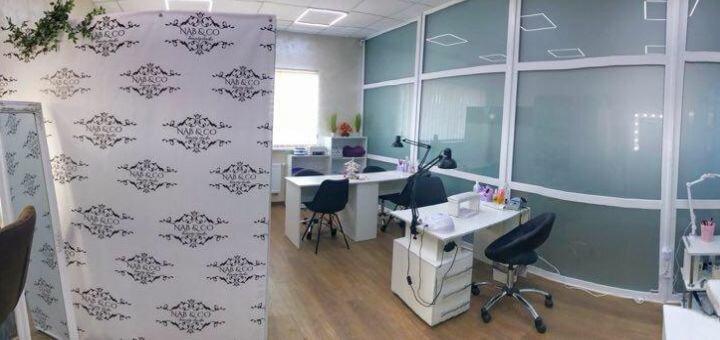 Маникюр и педикюр с однотонным покрытием гель-лаком в студии красоты «Nab&Co»