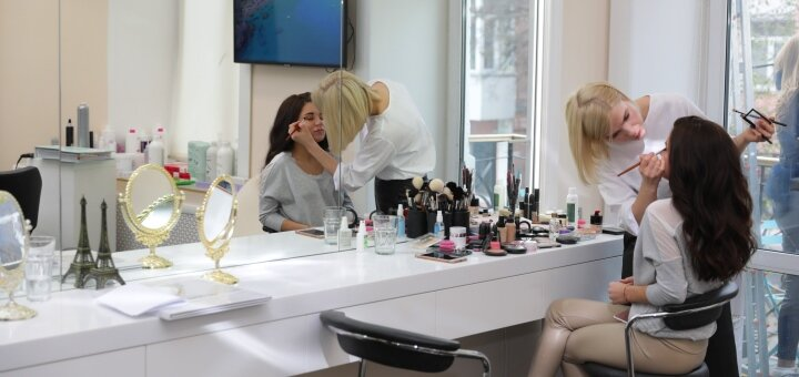 Тематический макияж и причёска в стиле Хэллоуин в салоне красоты «AVRA beauty studio»