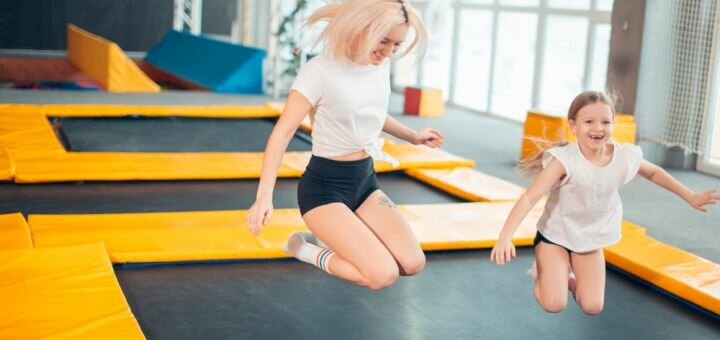 Час прыжков на батуте Мегатрамп в батутном зале «Jumping Hall» в ТЦ «Мега-Сити»