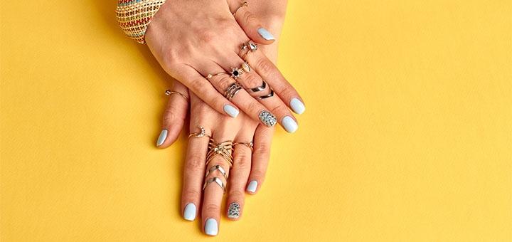 До 3 сеансов маникюра и педикюра с однотонным покрытием гель-лаком в «Lolita nails»