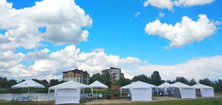 Аренда зонтов, шатров и бунгало на берегу озера в пляжном комплексе «Biruza Beach Club»