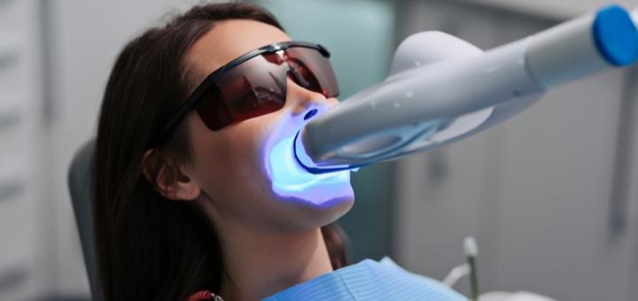 Скидка до 60% на косметологическое отбеливание зубов до 16 тонов в студии «Smile Bar Подол»