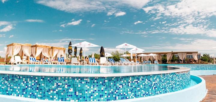 Входной билет к бассейну в будние дни в пляжном комплексе «Biruza Beach Club»