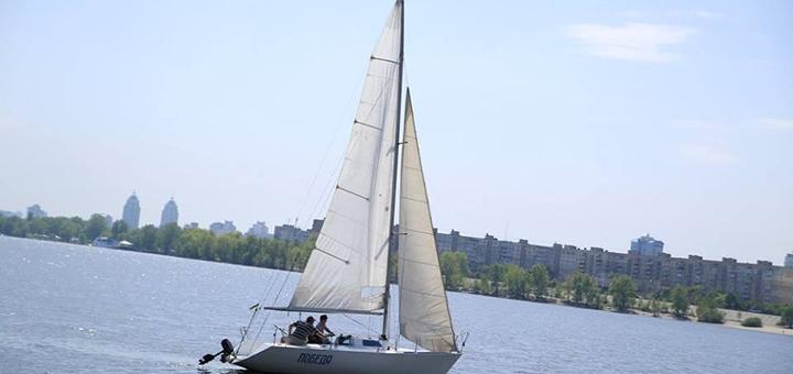 Скидка до 60% на трехчасовую прогулку с капитаном на парусной яхте «Победа» на Оболони