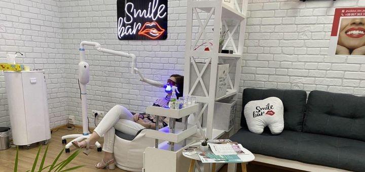 Скидка до 44% на косметическое отбеливание зубов «Shine Smile» в студии «Smile Bar»