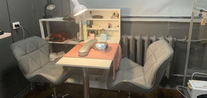 Маникюр и педикюр с однотонным покрытием гель-лаком в студии красоты «Queen Room»