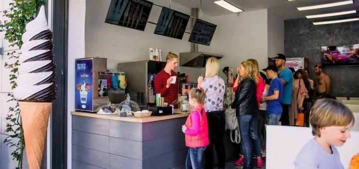 Скидка 50% на меню вафель, калачи, мороженое, напитки в сети кафе «Я люблю мороженое»