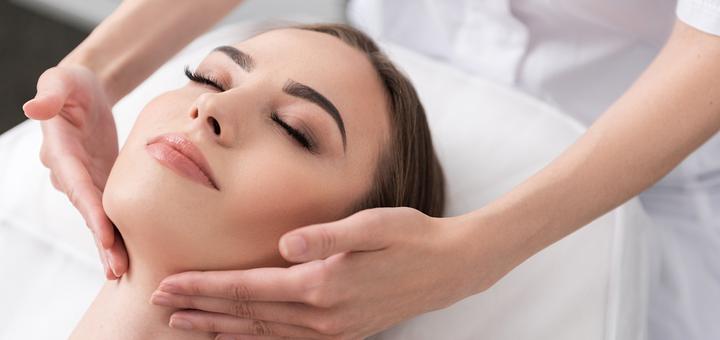 До 7 сеансов массажа лица, шеи и зоны декольте в «Beauty Room» на Фонтане
