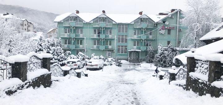 От 3 дней отдыха осенью и зимой с завтраками в отеле «Лилея» в Поляне