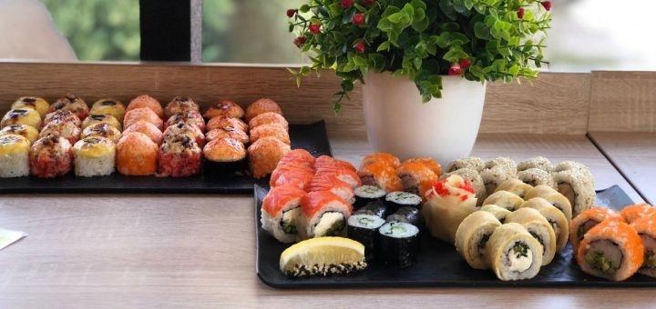 Скидка 50% на суши-сеты весом до 2 кг и подарок с доставкой или самовывозом от сети «Суши Wok»
