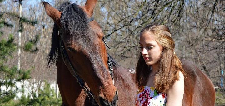 Скидка до 75% на уроки верховой езды и прогулки по лесу на лошадях в клубе «Серебряная подкова»