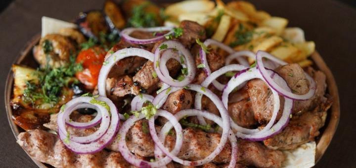 Ребра по-грузински с домашним вином и чачей в ресторане грузинской кухни «Хванчкара»