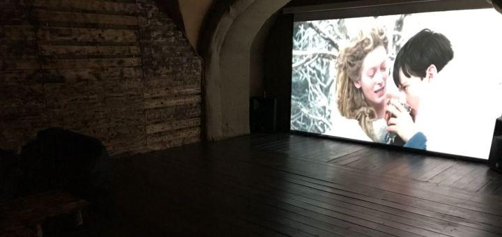 Скидка 50% на аренду кинозала с проектором от компании «QZone»