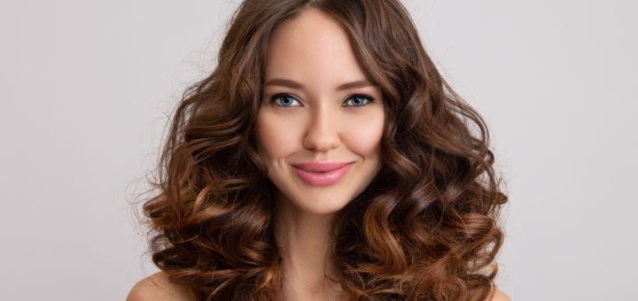 Женская стрижка с мытьем головы и повседневной укладкой волос в студии «Aquarelle»