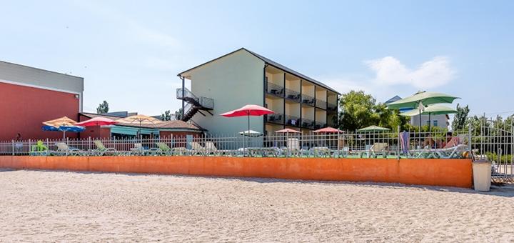 От 3 дней отдыха в июне с бассейном на базе отдыха «Ромашка» в Кирилловке на первой линии моря