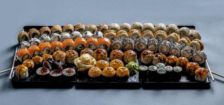 Скидка до 55% на суши-сеты весом до 2 кг с доставкой или самовывозом от сети «Суши Wok»